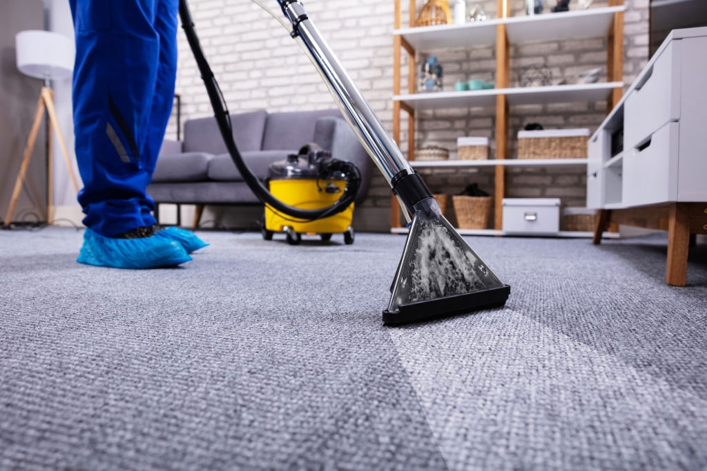 جارو کشیدن گلیم فرش